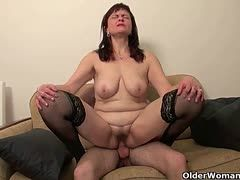 Young cock satisfies her mature cunt