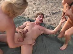 Nackte Schlampen am Strand