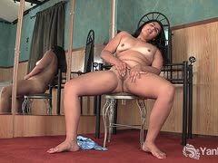 maskierte amateurin masturbiert unter der dusche