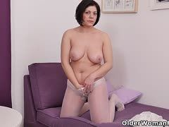 Black-haired housewife masturbates in nylons