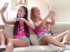 Zwei zierliche Teens teilen sich einen Schwanz